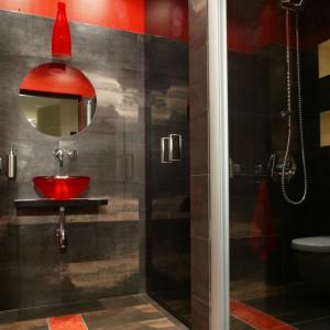 Strefa umywalki znajduje się na wprost wejścia. Usytuowana we wnęce kabina prysznicowa do złudzenia przypomina znajdującą się tuż za nią szklaną szafę. Fot. Monika Filipiuk.