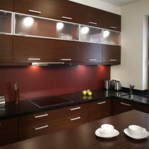 W nowoczesnej, a jednak ciepłej, kuchni nie brakuje miejsca do przechowywania ani przygotowywania posiłków. Soczyste kolory zachęcają do kulinarnych eksperymentów. Fot. Monika Filipiuk.