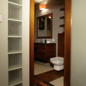 Łazienkę zamykają drzwi z matowego szkła. Poza tym że są dekoracyjne to, wraz z wprawionymi w ścianę pustakami szklanymi, doświetlają pozbawione okna wnętrze. Fot. Monika Filipiuk.