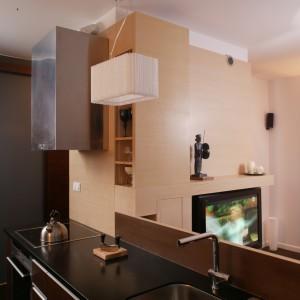 Dzięki wysuniętej ponad powierzchnię kuchennego blatu ściance, z perspektywy salonu obecność zlewozmywaka zdradza jedynie subtelny widok wylewki. Fot. Bartosz Jarosz.