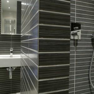 """Wnętrze """"ślimakowej"""" konstrukcji natrysku – podobnie jak całą łazienkę – pokrywają płytki włoskiej firmy Unicer. Dyskrecji i elegancji dodaje mu podtynkowa bateria. Fot. Bartosz Jarosz."""