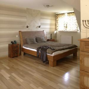 Jak urządzić sypialnię na poddaszu? Zobacz wnętrze w beżach i brązach!