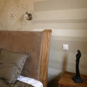 Duże dębowe łóżko posiada wysoki, tapicerowany zagłówek. Można w nim spędzać długie godziny z książką, oglądać TV, czy zjeść śniadanie. Fot. Monika Filipiuk.