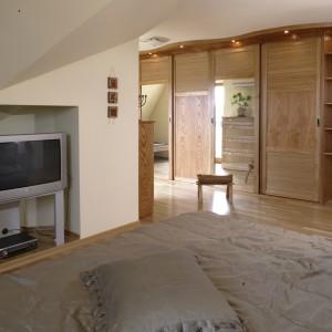 Specjalnie do tego wnętrza zaprojektowano przestronną szafę. Wykończenie mebla bambusem prasowanym, nadaje jej południowy, egzotyczny rys. Fot. Monika Filipiuk.