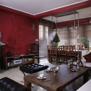 Ramy salonowo-jadalnianej przestrzeni stanowią ściany w odcieniu burgunda. Wraz z wyposażeniem o orientalnym rodowodzie tworzą przesycone egzotyką wnętrze. Fot. Monika Filipiuk.