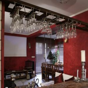 Reling na kieliszki sprawdza się świetnie nie tylko w barach, ale też w mieszkaniach koneserów wina. Nawet jeśli szkła jest dużo, nie zawadza nikomu, wisząc nad głową. Fot. Monika Filipiuk.