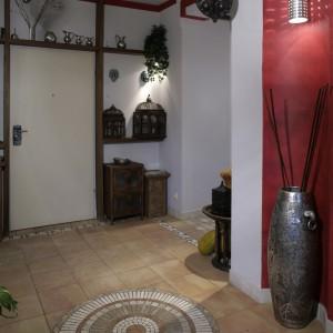 Wokół drzwi poprowadzono dekoracyjne, drewniane podziały, które posłużyły jako półki na bibeloty. Kamienna podłoga z kolistym, mozaikowym wzorem, świetnie się wpisała w orientalną stylistykę tego miejsca. Fot. Monika Filipiuk.