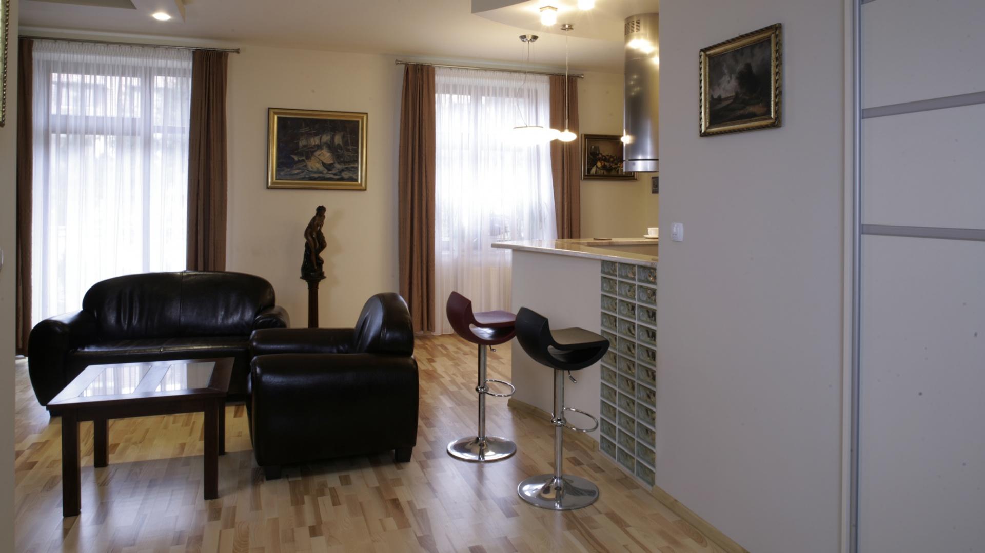 Nowoczesne, barowe krzesełka przy bufecie, są najbardziej współczesnym akcentem w tym stylowym wnętrzu. Fot. Monika Filipiuk.