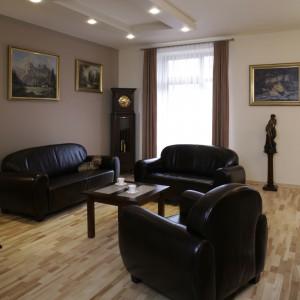 Podłoga wyłożona jest jasnym, jesionowym parkietem, delikatnie kontrastuje z czekoladowym kompletem wypoczynkowym. Fot. Monika Filipiuk.