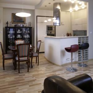 Stół i krzesełka  w części jadalnianej dodają wnętrzu staroświeckiego uroku. Potęguje go stylowa serwantka ustawiona w specjalnie dla niej wykutej niszy. Fot. Monika Filipiuk.