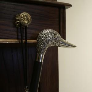 Stylowa laseczka zakończona rzeźbioną, ptasią główką, przywodzi na myśl dżentelmena, spacerującego po ulicach XIX-wiecznego Londynu. Fot. Monika Filipiuk.