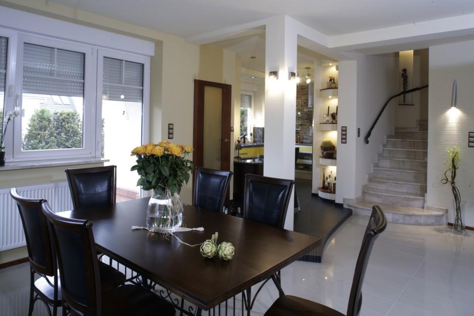 Drewniany stół jadalniany Żółta kuchnia? Nie bój się   -> Kuchnia Elektryczna Nie Grzeje