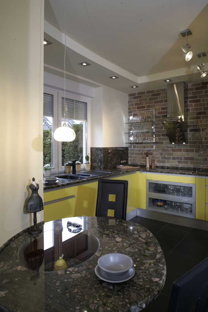 Dwa stoły i dwa Żółta kuchnia? Nie bój się odważnych   -> Kuchnia Elektryczna Nie Grzeje