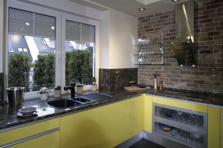 Z kuchennego okna widać zakątek ogrodu, który – mimo obecności dużego tarasu – jest ulubionym miejscem do grillowania i pogawędek z gośćmi. Fot. Monika Filipiuk.