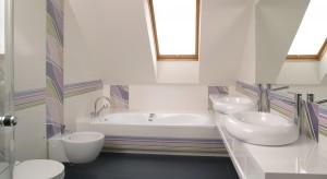 Aranżacja łazienki na poddaszu jest podpowiedzią, jak subtelną klasyką poruszyć dziecięcą wyobraźnię. Wesoły nastrój, spokojne, ale pełne energii barwy, nuta relaksu, przytulne ciepło i delikatny chłód. Harmonia wielu f