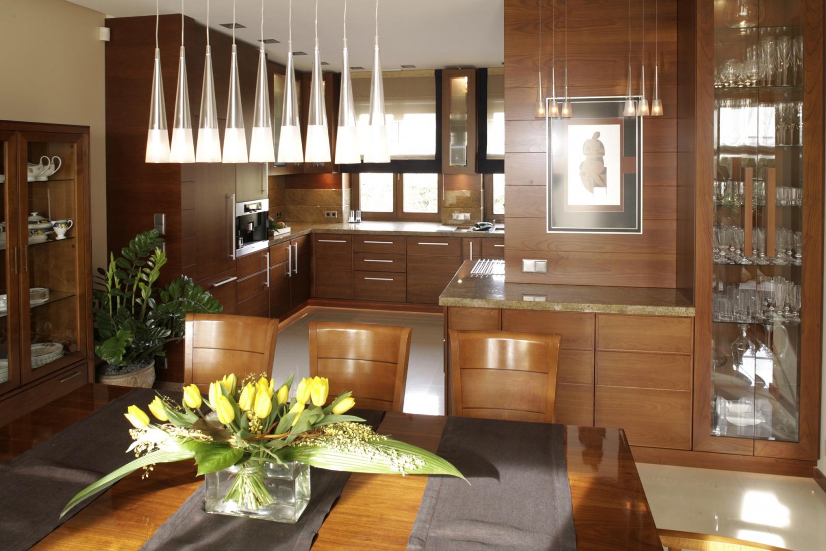 W aranżacji kuchni i jadalni przewijają się elementy stylu art déco. Bezpośrednio z jadalni jest przejście do salonu, ale to właśnie przy stole skupia się życie rodziny. Fot. Bartosz Jarosz.