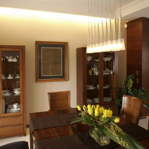 Serwantki, stół i krzesła od dawna są obecne w domu właścicieli.  Dodana granatowa tkanina ożywiła ich wizerunek. Design tych mebli był  inspiracją przy aranżacji kuchni. Fot. Bartosz Jarosz.