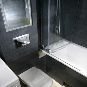 W przeciwieństwie do górnych, dolne partie łazienki są jasne i naturalne. Na tle jasnokremowej podłogi urządzenia wydają się lekkie i niemal niezauważalne. Fot. Bartosz Jarosz.