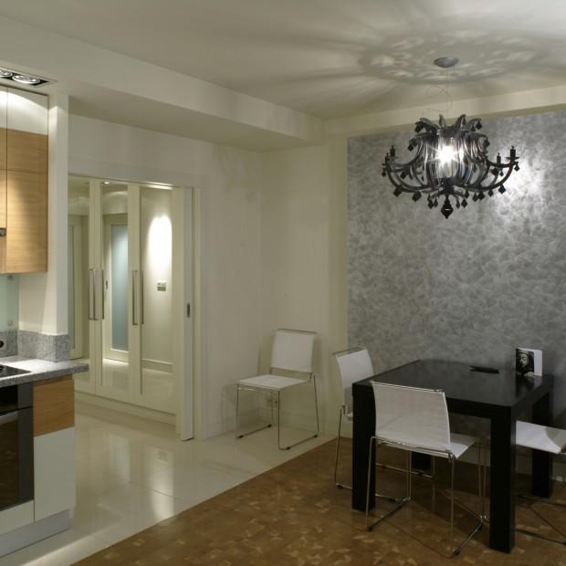 Srebrna ściana: idealne tło do jadalni