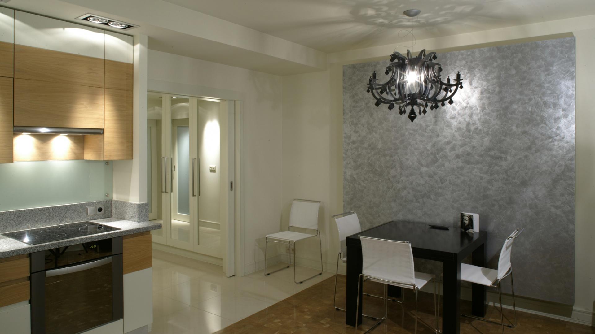 W rogu salonu, na niewielkiej komodzie (BoConcept) umieszczono telewizor. Szafki mebla kryją sprzęt audio-video. Fot. Monika Filipiuk.