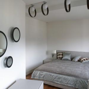 Oryginalna ozdoba małżeńskiej sypialni – koła, koła i jeszcze raz koła. W postaci opraw świetlnych, kilku luster na ścianie i dekoru na poduszkach. Fot. Bartosz Jarosz.