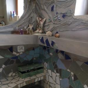 Otaczająca lustro draperia, wykonana z gipsu i tkaniny, miękko spływa na sąsiednią ścianę niczym fala wodorostów. Fot. Bartosz Jarosz.