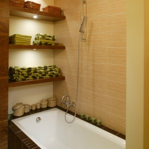 Podświetlane półki, ręczniki, świece, koszyki na drobiazgi – otoczenie wanny jest zaplanowane praktycznie, lecz z dbałością o zapewnienie przytulności. Fot. Bartosz Jarosz.