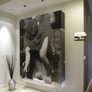 """Główny element dekoracyjny mieszkania – szafa ozdobiona czarno-białym zdjęciem """"Tango"""" Przemka Piwowara. Dynamika obrazu jest tak ogromna, że przestrzeń wokół niego zdaje się wirować w rytmie argentyńskiego tanga."""