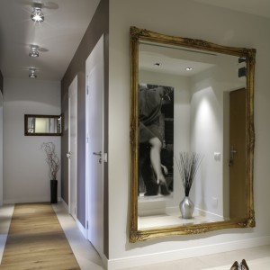 """Widoczne na pierwszym planie lustro pozwala  oglądać """"Tango""""... również z salonu. Umieszczone w głębi mniejsze lustro, krawędzią przystaje do narożnika ściany."""