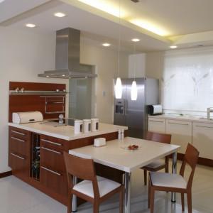 Salon, jadalnia i kuchnia tworzą w tym domu integralną, przenikającą się całość. Fot. Monika Filipiuk.