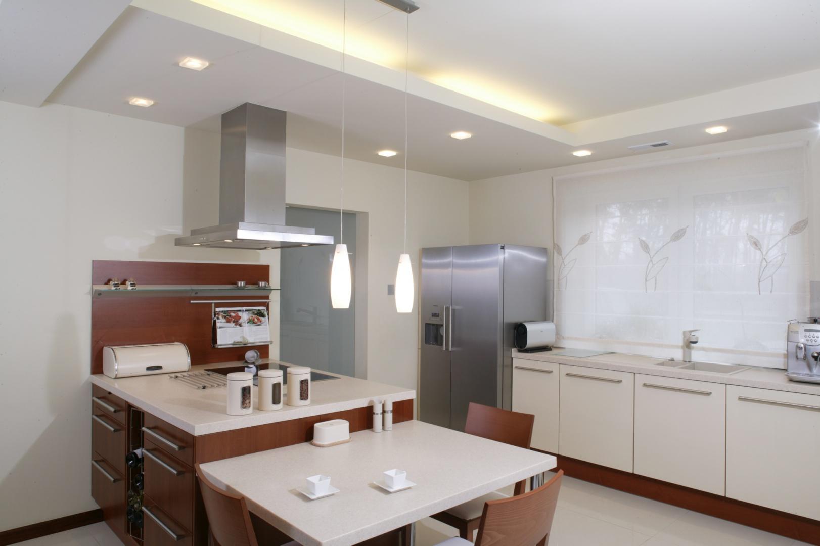 Uwagę zwraca tu Oświetlenie jest ważne w kuchni   -> Kuchnia Z Sufitem Podwieszanym