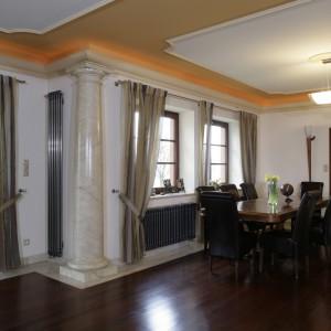 Reprezentacyjna jadalnia, z ogromnym stołem i wygodnymi tapicerowanymi skórą krzesłami, sąsiaduje z jednej strony z salonem, z drugiej -  z kuchnią. Fot. Monika Filipiuk.