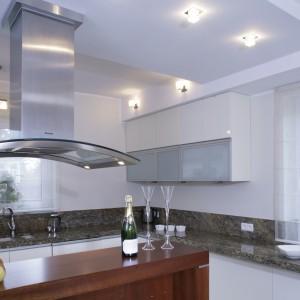 Dwa duże okna zapewniają doskonałe oświetlenie kuchni w ciągu dnia. Po zapadnięciu zmroku rozświetlają ją liczne lampki precyzyjnie umieszczone w oryginalnie wymodelowanym podwieszanym suficie. Fot. Monika Filipiuk.