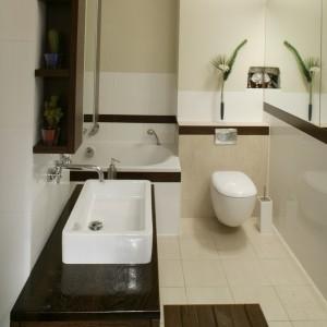 Jedyne meble w tej łazience to szafka podumywalkowa i pomysłowa obudowa lustra, z niewielkimi bocznymi półki. Fot. Monika Filipiuk.