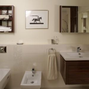 Ceramika pochodzi z serii 2nd floor marki Duravit. Ciemna szafka podumywalkowa (Duravit) stała się punktem wyjścia dla innych dorabianych na zamówienie mebli i elementów. Fot. Bartosz Jarosz.