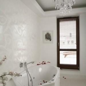 """Wanna to królowa tej łazienki. Ma nietypowy, 6-kątny kształt i hydromasaż. Jej obudowa jest wykonana z marmuru """"White Thasos"""". Drzwi balkonowe prowadzą na słoneczny taras. Fot. Bartosz Jarosz."""