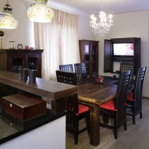 Egzotyczna stylistyka niepostrzeżenie przedostała się także do kuchni i objawiła w postaci kolorowych, orientalnych lamp, zawieszonych m.in. nad drewnianym blatem baru. Fot. Monika Filipiuk.