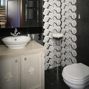 Białe róże zakwitły na ścianie łazienki dla gości... Nieduża, zaaranżowana w czerniach i bielach toaleta, to prawdziwa perełka stylu retro. Fot. Monika Filipiuk.