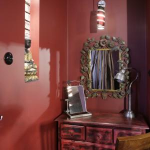Intymny kącik z niewielką toaletką to pomysł pani domu. Doskonale oświetlony, z dwoma lustrami, posłuży zarówno do wykonania porannego makijażu, jak i napisania tajemniczego liściku. Fot. Monika Filipiuk.