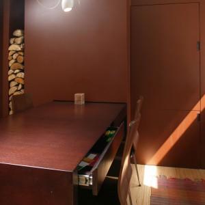 Jadalnia nie mogła się obejść bez ciekawych krzeseł, które pochodzą z oferty IKEA. Natomiast ergonomiczny stół, który mieści niezbędne bibeloty, zaprojektowała arch. wnętrz Ola Wołczyk. Fot. Bartosz Jarosz.