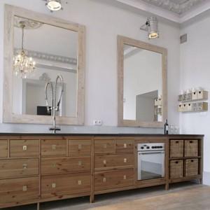 Forma kuchennych szafek, wykonanych współcześnie, oraz układ ich szuflad przypomina dawne kredensy. Podłoga z desek, podobnie jak ramy luster, to bielony dąb. Fot. Monika Filipiuk.