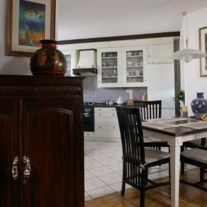 Białe, z dodatkiem ciemnego wenge, meble w kuchni współtworzą specyficzną atmosferę mieszkania, rozmiłowanej w kulturze i sztuce Dalekiego Wschodu pani domu. Fot. Bartosz Jarosz.