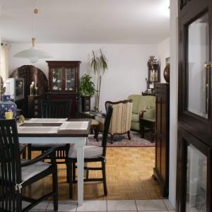 Granice, usytuowanej na uboczu salonu, kuchni wyznacza jadalniany stół oraz styk płytek terakoty i dębowego parkietu na podłodze. Fot. Bartosz Jarosz.