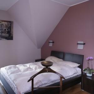 Sypialnia nieco odcina się stylistycznie od reszty domu. Kolorystycznie jest znacznie cieplejsza niż pozostałe wnętrza. Kolory i meble wybierała pani domu. Fot. Monika Filipiuk.