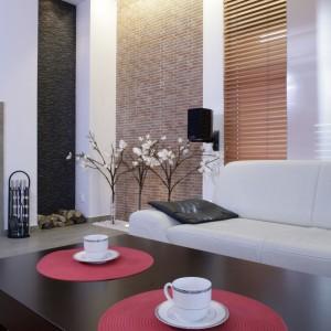O urodzie domu przesądza zróżnicowanie materiałów wykończeniowych na podłodze i ścianach. Wiele tu lustrzanych powierzchni, które przełamywane są rysunkiem palonej cegły (płytki Zirconio). Fot. Monika Filipiuk.