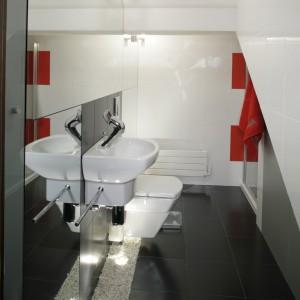 W bardzo małej łazience, osiągnięto bardzo wiele. A wszystko za sprawą luster i białych płytek. Fot. Monika Filipiuk.