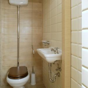 Toaleta jest osobnym wnętrzem; jedynym w mieszkaniu, które ma drzwi. Urodę sedesu z górnopłukiem (firmy GSI) dyskretnie podkreślają bielone dębowe deski na ścinie i podłodze. Fot. Monika Filipiuk.