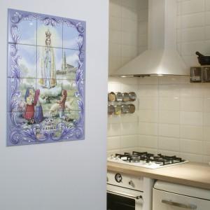 Oryginalna dekoracja jednej ze ścian – pamiątka z wyjazdu do Portugalii: wizerunek Matki Bożej z Fatimy, namalowany na kaflach. Takie święte obrazki są bardzo popularne w Portugalii i Hiszpanii, bardzo często spotyka się je wbudowane na frontach budynków. Fot. Monika Filipiuk.