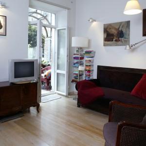 Kupiona w lumpeksie meblowym sofa, została odnowiona i obita tkaniną w nowym kolorze, zaś przepastne fotele to prezent od babci projektantki. Fot. Monika Filipiuk.