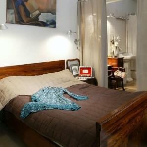 Zarówno w sypialni, jak i łazience znajdują się stare, rodzinne meble. To dla nich stworzona została stylowa oprawa z elementami nowoczesnymi, jak np. industrialne lampy w gotowalni. Fot. Monika Filipiuk.